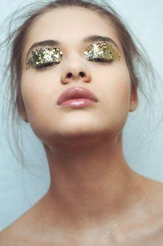 maquillaje con glitter holografico